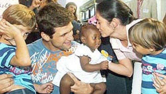 Javier y Natalia, a su regreso del Congo, se reencuentran con sus hijos biológicos y les presentan a su nueva hermana, adoptada