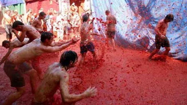 Jóvenes se enzarzan en una lucha con tomates esta mañana en Buñol (Marcelo del Pozo/Reuters).