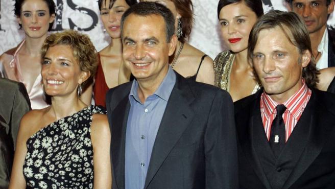 Sonsoles Espinosa, el presidente José Luis Rodríguez Zapatero y el actor Viggo Mortensen antes del preestreno de Alatriste, en Madrid. Andrea Comas / REUTERS