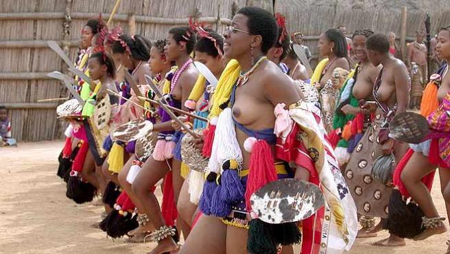 Algunas de las candidatas a esposa del rey de Suazilandia. (Manuel Moreno / EFE)