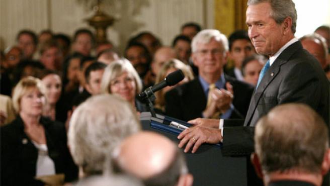 Bush es ovacionado tras su discurso en la Casa Blanca (Foto: Reuters)
