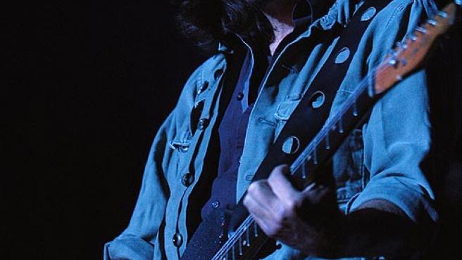 Eddie Vedder, del grupo de rock estadounidense Pearl Jam, durante su actuación anoche en Madrid. (Kiko Huesca / EFE)