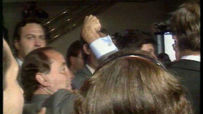 """Una de las escenas más míticas de Ruíz Mateos, intentando golpear a Boyer al grito de """"te pego, leche""""."""