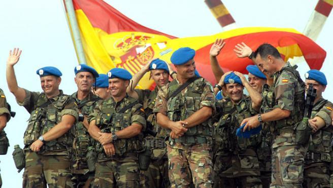 Varios soldados del primer contingente militar español que parte hacia El Líbano para incorporarse a la misión que las Naciones Unidas tiene en ese país, se despiden de familiares y amigos en la Base Naval de Rota desde donde han zarpado en cuatro buques. (Jaro Muñoz / EFE)