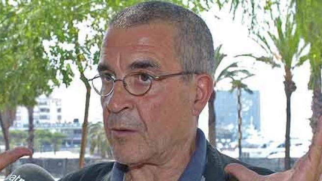 Pepe Rubianes atiende a los periodistas después de la polémica surgida por s la retirada de su obra. (EFE/Toni Garriga)
