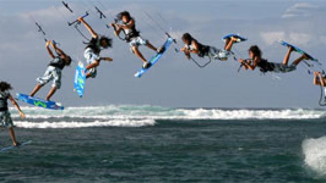 Gigi efectúa un truco en Hawai. (giselapulido.com)