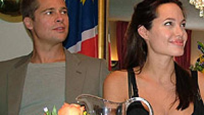 Brad Pitt y Angelina Jolie durante su viaje a Namibia. (ARCHIVO)