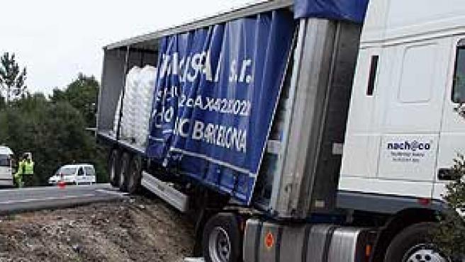 Así quedó el camión que chocó ayer en Lugo con una furgoneta: murieron tres personas. (J.M. Castro / EFE)