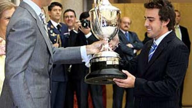 El Príncipe de Asturias entrega a Fernando Alonso (d) el Premio Nacional del Deporte 2005. (Efe)