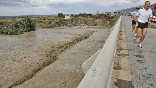 Crecida del río Andarax, a su paso por Almería (Fran Leonardo / EFE).