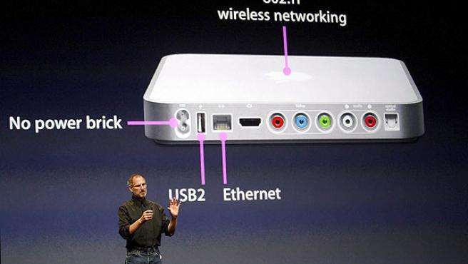 El consejero delegado de Apple, Steve Jobs, presenta el iTV (EFE).