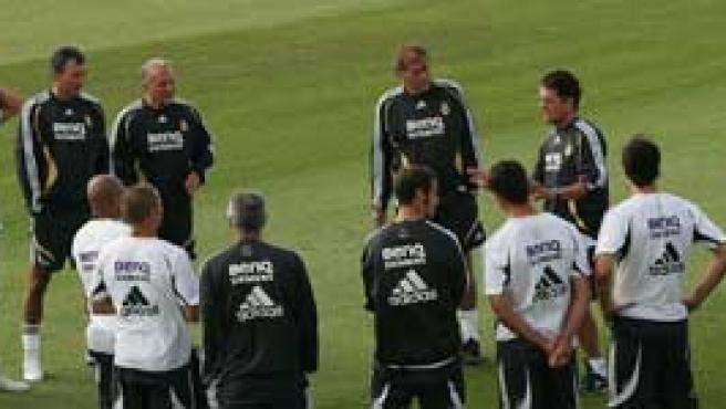 Capello charla con sus jugadores. (Efe)