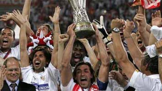 Javi Navarro levanta la Copa de la Uefa.