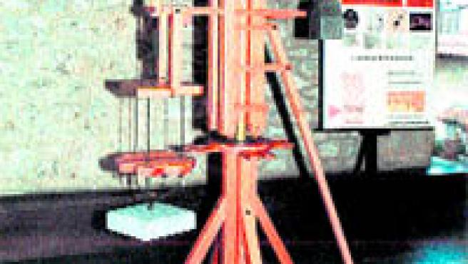 La grúa de tornillo sirve para transportar objetos pesados.