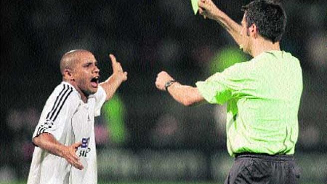 Roberto Carlos vio la amarilla por protestar al árbitro cuando éste ya había señalado el descanso.(Reuters)