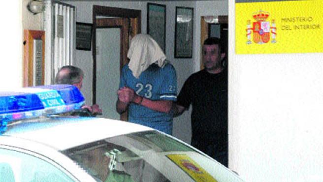 El joven, de 23 años, autor de los disparos, sale de las dependencias policiales de Rute (EFE).
