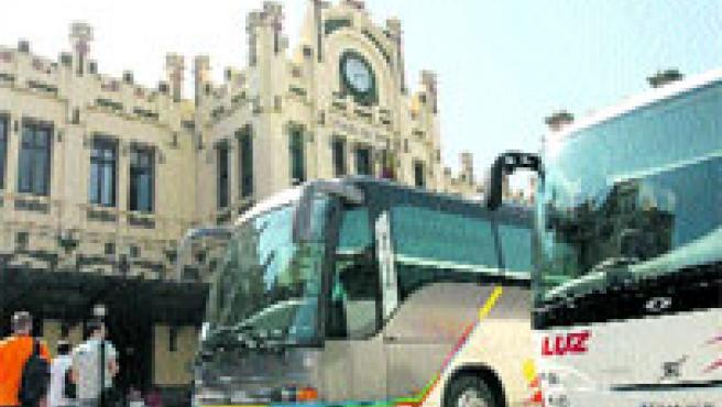Los autobuses ocuparon la explanada delantera de la Estación del Norte durante todo el día de ayer. (Pablo Argente)