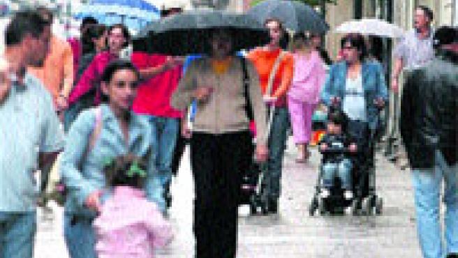 Las primeras lluvias convirtieron el paraguas en compañero de paseo. (M. Vila)