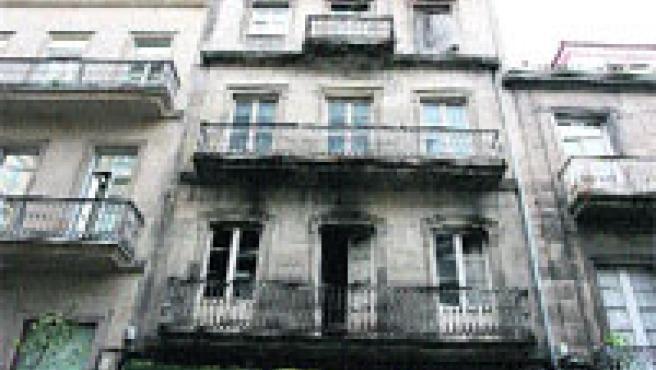 Este inmueble de principios de siglo situado en la calle López de Neira está aún pendiente de la ITE. (M. Vila)