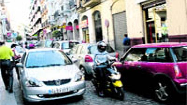 Parecía difícil, pero la Vuelta Ciclista consiguió ayer que el tráfico fuera aún más conflictivo de lo normal (Paco Ayala).