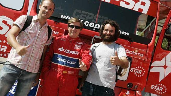 Los redactores de 20 Minutos, Jacobo (i) y Eugenio (d) posan con Antonio Albacete (c) antes de subirse al camión.