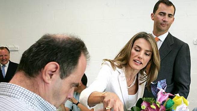 Loss Princípes de Asturias saludan a uno de los alumnos de la Fundación Juan XIII(EFE/Sergio Barrenechea)