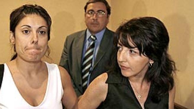 Angeles Madero (i), viuda de Benjamin Olalla, tras la rueda de prensa concedida ayer en Sevilla. (EFE)