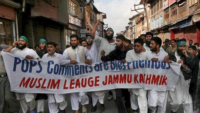Miembros de la Liga Árabe de Jammu y Cachemira, organización separatista, gritan consignas en contra del Papa Benedicto XVI durante una maniofestación en Srinagar, capital de verano de la India Cachemirí.