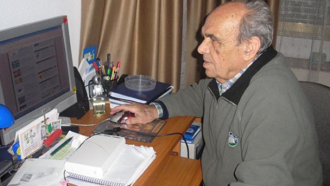 Don Andrés, navegando por la red (Noel Téllez).