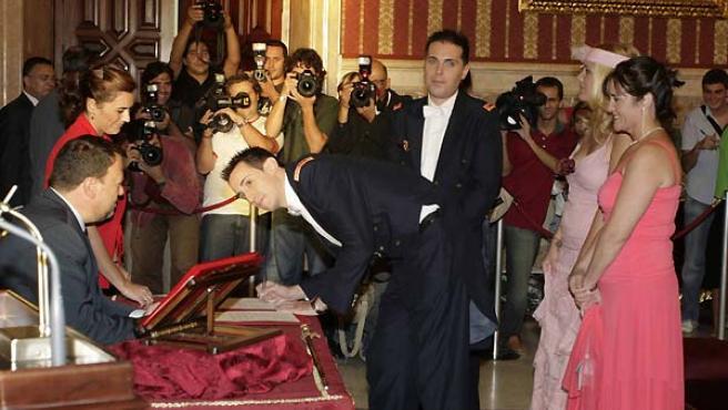 Los novios firman el acta matrimonial al concluir la ceremonia (Foto: Kako Rangel)