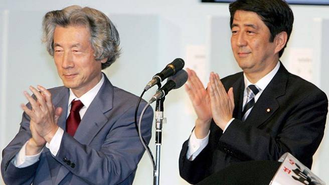 Junichiro Koizumi y Shinzo Abe, tras ser elegido como nuevo presidente del Partido Liberal Demócrata en Tokio. (Franck Robichon / Efe)