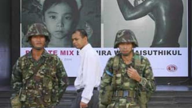 Soldados tailandeses en un centro comercial de Bangkok. (Barbara Walton / Efe)