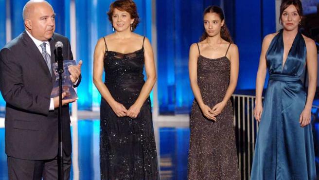 El productor Agustín Almodovar, junto a las actrices Lola Dueñas (der.) y Yohana Cobo (2ªder.), durante la gala inaugural del Festival de San Sebastián. (Javier Echezarreta / EFE)