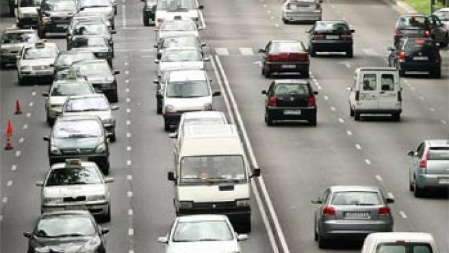 Cientos de vehículos colapsan el Paseo de la Castellana de Madrid en el 'Día Europeo sin Coches'(Efe)