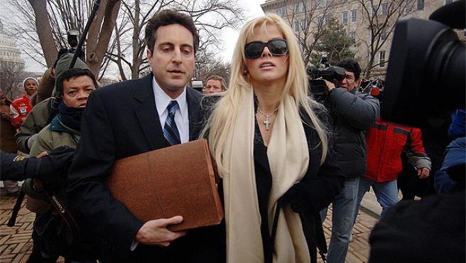 Anna Nicole Smith acompañada por su abogado, Howard Stern.