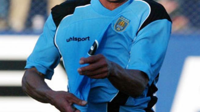 Darío Silva, en un partido con Uruguay en 2004 (Juan Carlos Ulate/Reuters).