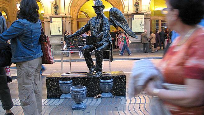Una de las muchas estatuas que pueden verse en la Rambla de Barcelona.