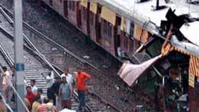 Estado en que quedó uno de los trenes atacados en Bombay (Archivo).