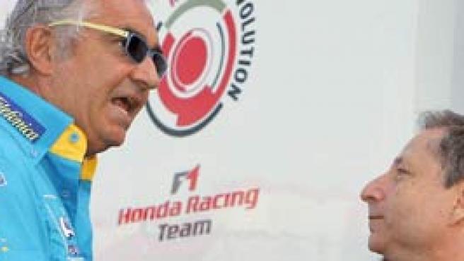 Briatore, de azul, dialoga con el el director de Ferrari, Jean Todt, en una imagen de archivo. (Carmen Jaspersen/EFE).
