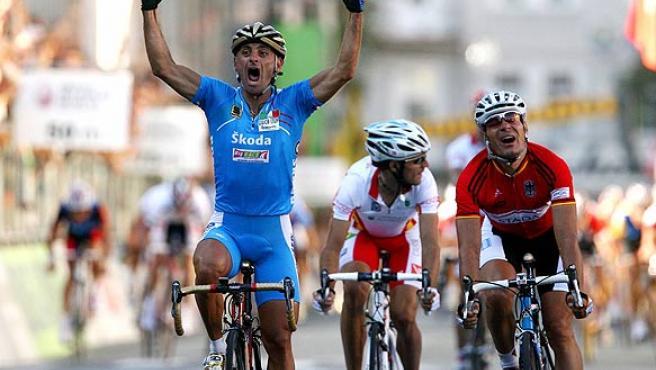 Bettini cruza la meta por delante de Zabel y Valverde