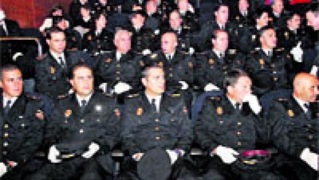 Agentes de la Comisaría de Vigo, ayer en el Centro Caixanova, durante la entrega de medallas.(M. Vila)