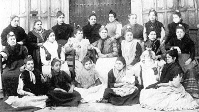 Grupo de cigarreras de la Fábrica de Sevilla, fotografía anónima tomada a finales del siglo xix.