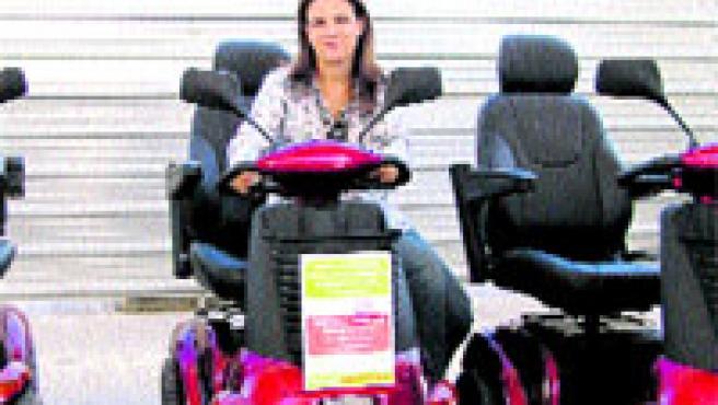 Susana Navarro, con los scooters de movilidad de Adaptamos Group.