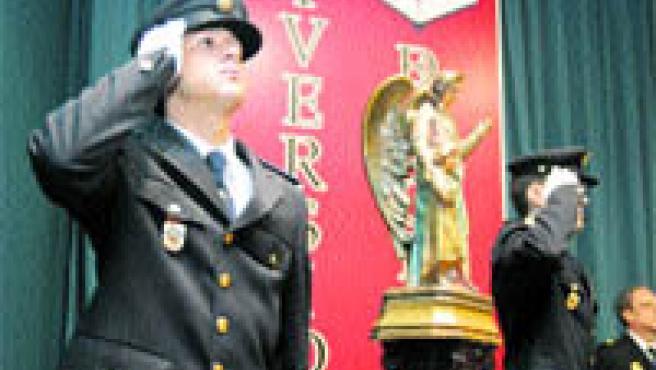 Dos agentes del Cuerpo de Policía en la celebración de la festividad de los patronos (José Rojas).