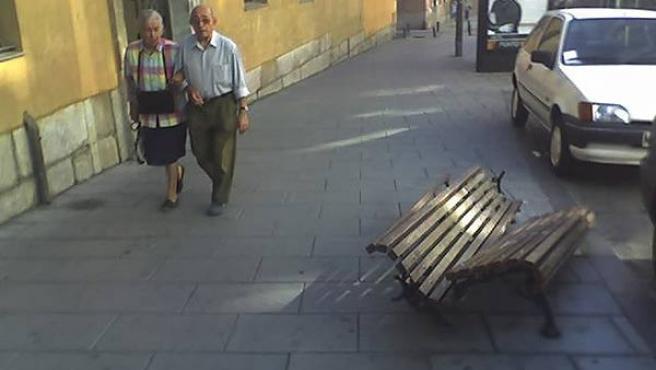 Varios bancos han aparecido destrozados en la calle San Bernardo (Lectores)