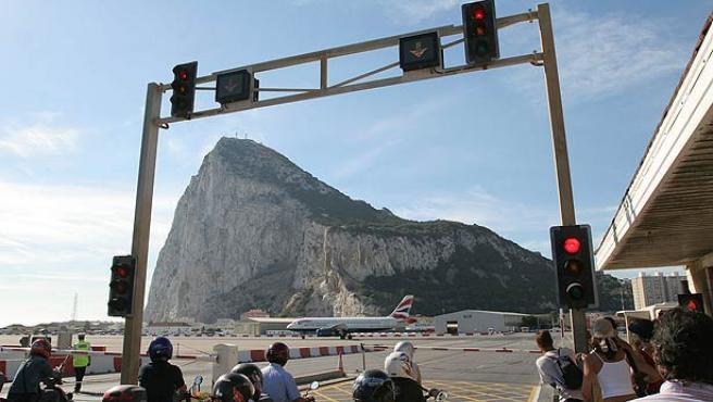 Vista del peñón de Gibraltar, desde el aeropuerto. (Efe)