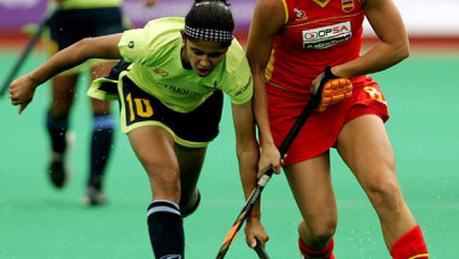 La española Marta Prat y la jugadora de la India Mamta Kharb, durante el partido de la Copa del Mundo de Hockey femenino. (Efe)
