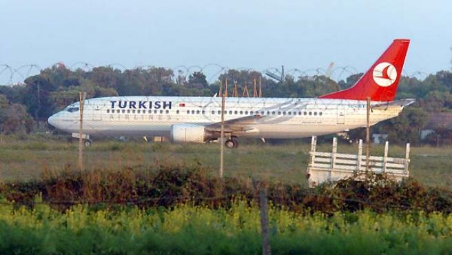 El avión a pie de la pista aislada del aeropuerto italiano de Brindisi, donde fue desviado. (EFE)