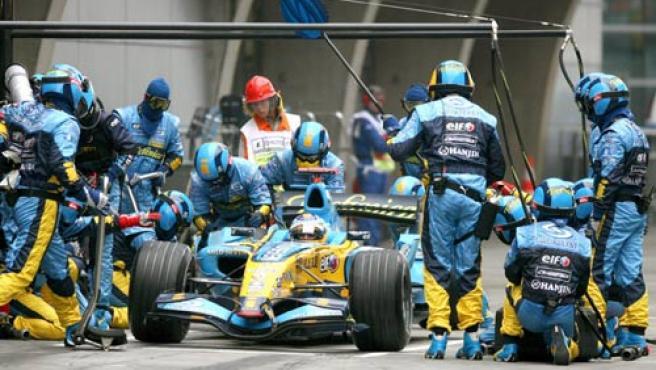 Alonso, en un cambio de neumáticos durante el Gran Premio de China.