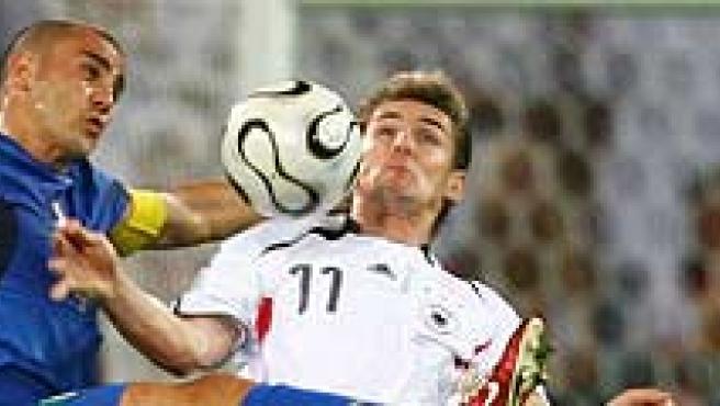 Klose controla un balón ante Cannavaro en el pasado Mundial.